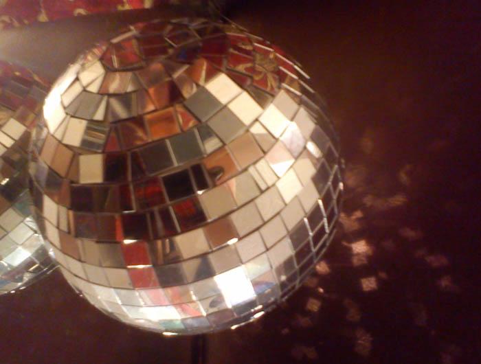 Как сделать зеркальный шар своими руками из дисков 31